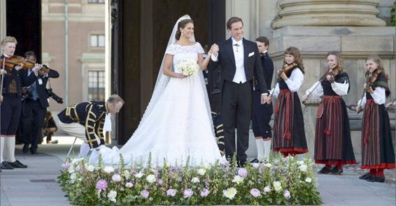 Vestido com calda de quatro metros é usado por Princesa Madelaine da Suécia.Fonte: Reprodução/BOL Fotos