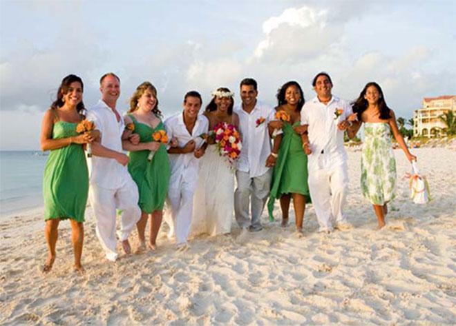 Noivos com convidados em casamento.Fonte da imagem: Reprodução/World Island Paradise
