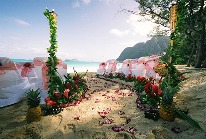 Decoração de casamento na praia com corredor para os noivos.Fonte da imagem: Reprodução/Soda Head