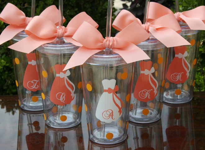 Lembrancinhas de casamento copo com vestido e laço com iniciais.Fonte da imagem: Reprodução/WeedBook