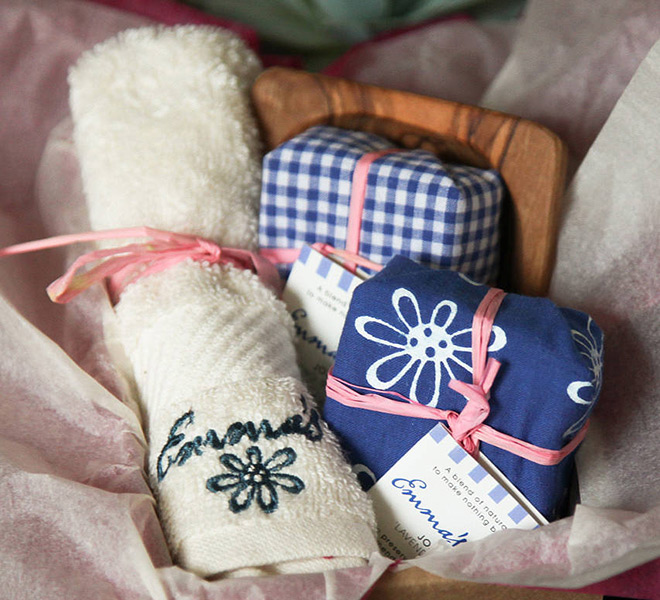 Lembrancinha de casamento Kit com sabonetes e toalhinha azul.Fonte da imagem: Reprodução/Not On The High Street