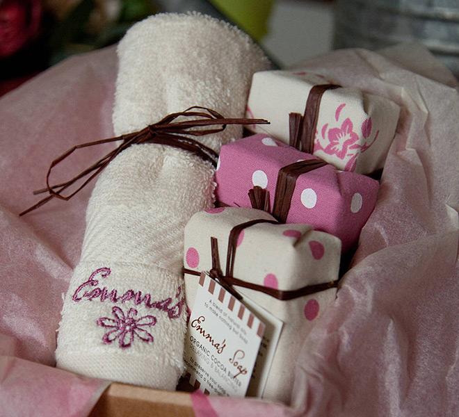 Lembrancinhas de casamento Kit com sabonetes e toalhinha rosa.Fonte da imagem: Reprodução/Not On The High Street