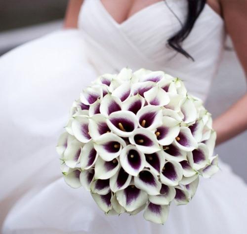 Que buquê de noiva lindo né meninas? Arrasou.Fonte da imagem: Reprodução/Algo Azul