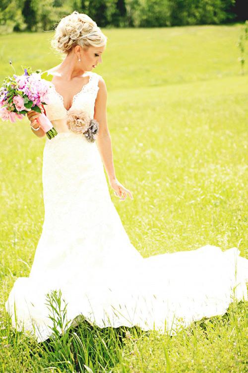 Vestido super delicado e com flores.Fonte da imagem: Reprodução/RUSTIC WEDDING Chic
