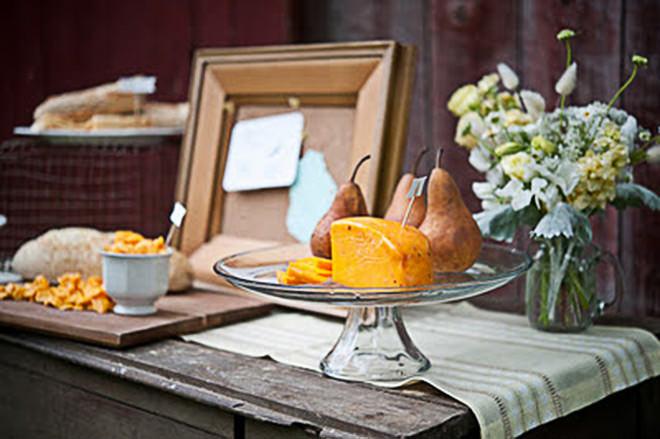 Mesa com frutas típicas e queijo.Fonte da imagem: Reprodução/LIFE OF A VINTAGE LOVER