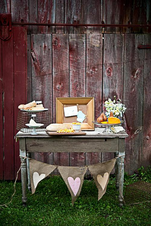 Mesa super fofa e lindérrima com queijos e pães.Fonte da imagem: Reprodução/LIFE OF A VINTAGE LOVER