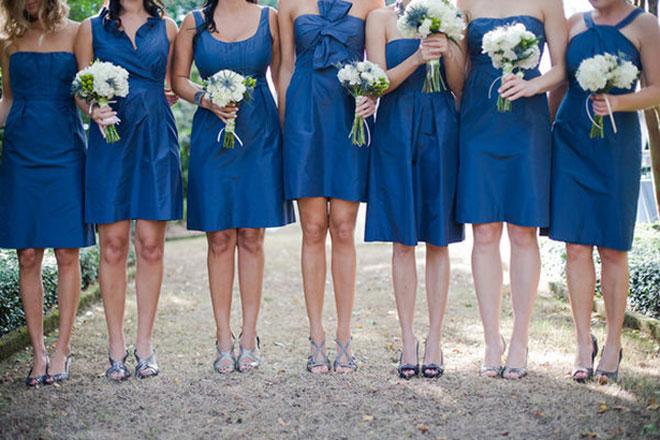 Vestidos de madrinha de casamento com cores iguais (azul bic escuro) e modelos diferentes.Fonte da imagem: Reprodução/Belle The Magazine