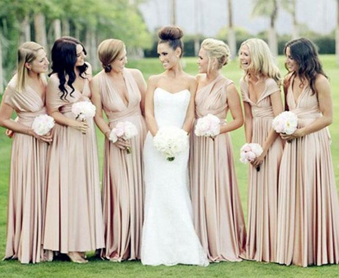 Vestidos de madrinha de casamento com cores iguais (champagne escuro) e modelos diferentes.Fonte da imagem: Reprodução/Fashion Wedding Dresses Blog