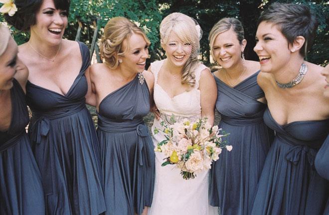 Vestidos de madrinha de casamento com cores iguais (um tom cinza escuro) e modelos diferentes.Fonte da imagem: Reprodução/Belle The Magazine