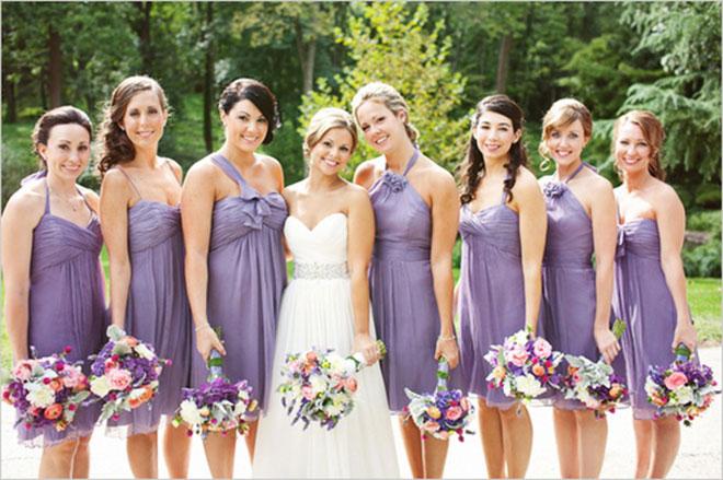 Vestidos de madrinha de casamento com cores iguais (lilás) e modelos diferentes.Fonte da imagem: Reprodução/VPonsale