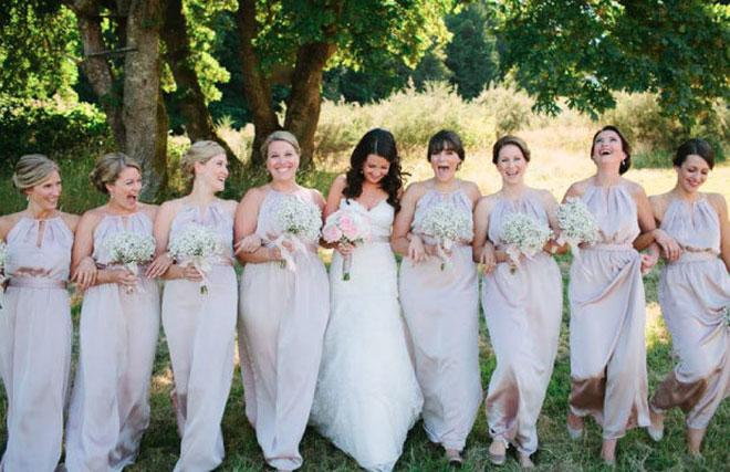 Vestidos de madrinha de casamento com modelo e cor igual (palha puxado para o creme).Fonte da imagem: Reprodução/Wedding Ful