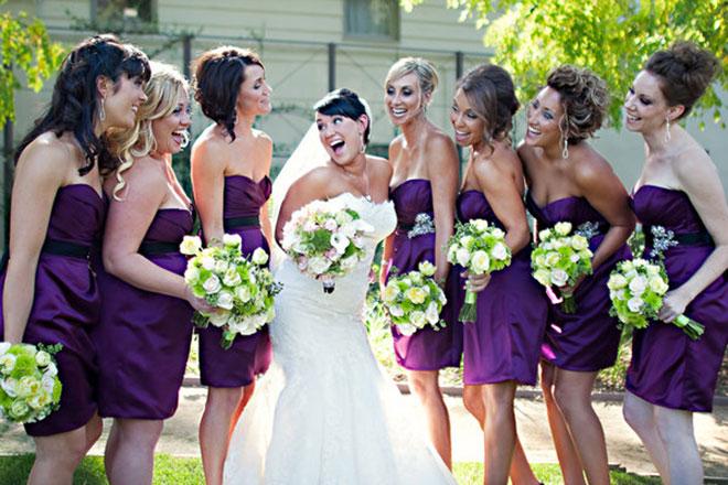 Vestidos de madrinha de casamento com modelo e cor igual (roxo escuro).Fonte da imagem: Reprodução/A Creative Life