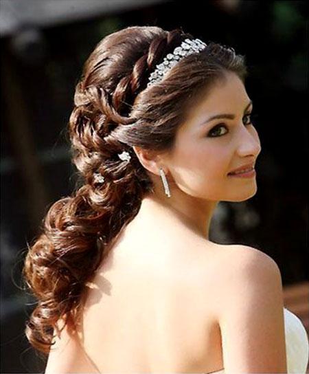 Adorei essa trança ao lado da tiara, super delicado.Fonte da imagem: Reprodução/World's Best Hairstyles