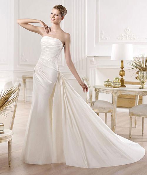 Mesmo sem nenhuma pedraria, esse vestido arrasa com esse tecido super elegante.Fonte da imagem: Reprodução/Mod Wedding