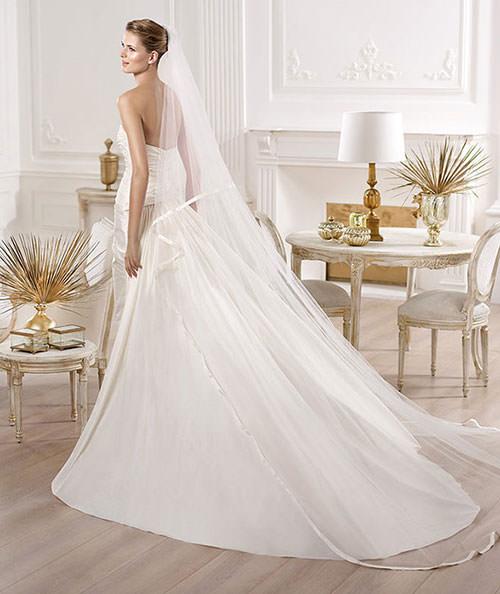 Vestido básico costa e com véu.Fonte da imagem: Reprodução/Mod Wedding