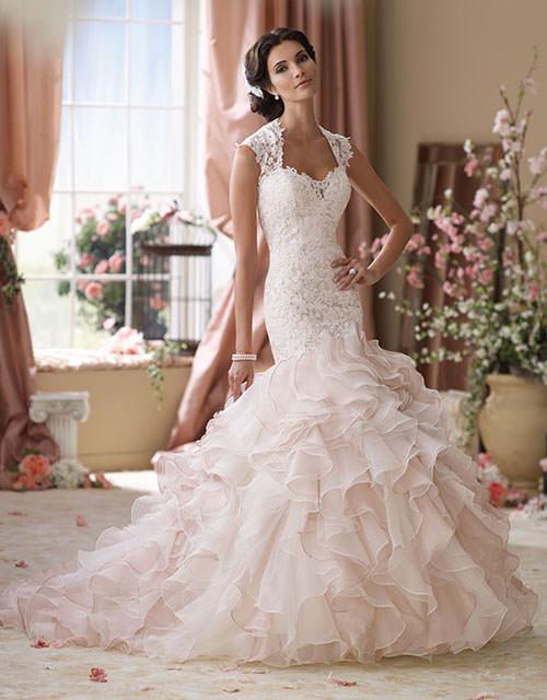 Vestido de noiva 2014 com babado super luxuoso e bordado com renda super delicada.Fonte da imagem: Reprodução/David Tutera