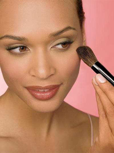 Sempre aplicar o blush da maçã do rosto para a direção do cabelo.Fonte da imagem: Reprodução/Loucas por Maquiagem