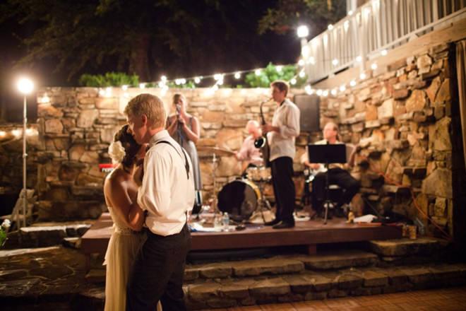Noivos dançando ritmo dos músicos em um Mini Wedding.Fonte da imagem: Reprodução/arkansasBRIDE