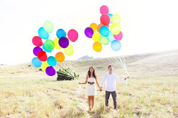 Balões coloridos são apaixonantes em ensaio pré casamento