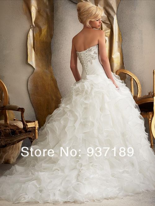 Que charme toda essas camadas na saia do vestido de noiva.