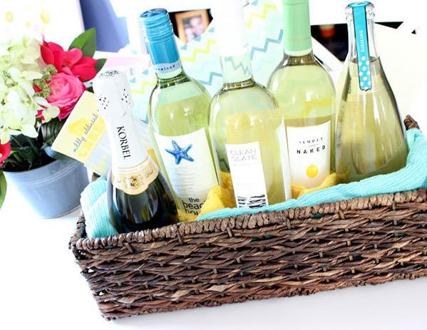 Se os noivos já não tiverem, um bom vinho com um par de taças é um ótimo presente