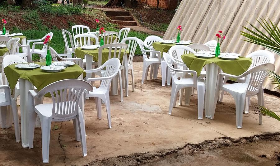 Se sua festa de noivado for pouquinhos convidados compensa pratos e talheres alugados para a refeição.