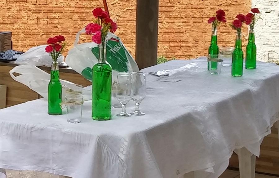 Se tiver uma toalha de mesa branca use na mesa dos docinhos, pois fica neutro para a decoração ;)