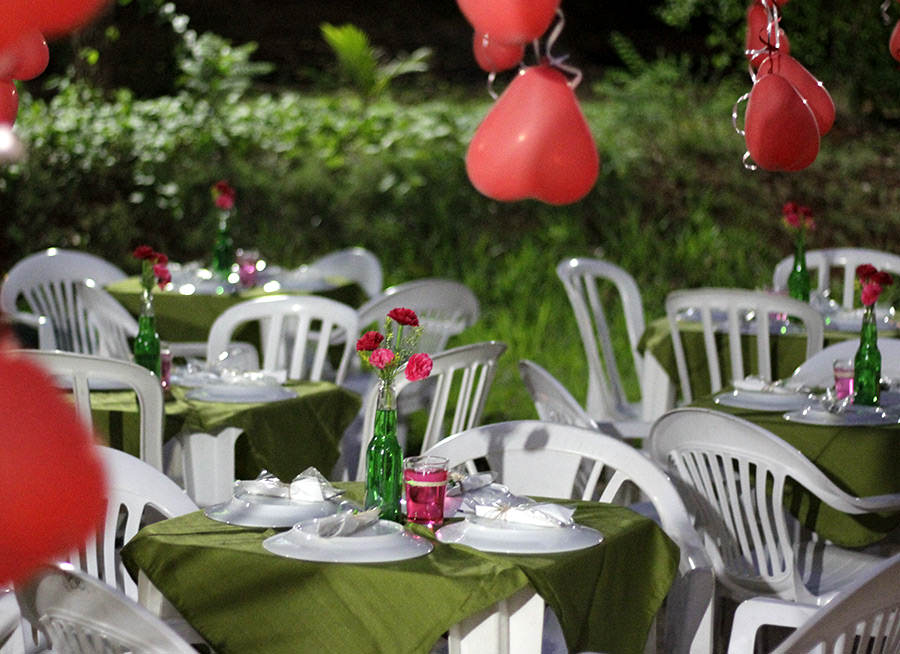 Decoração para Festa de Noivado Simples com Garrafinhas coloridas e Flores fica muito fofo