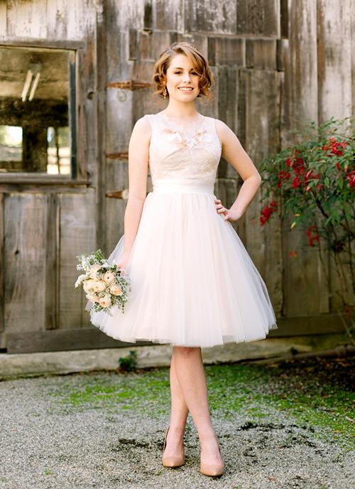 Esse vestido de noiva curto + casamento no campo = ARRASO