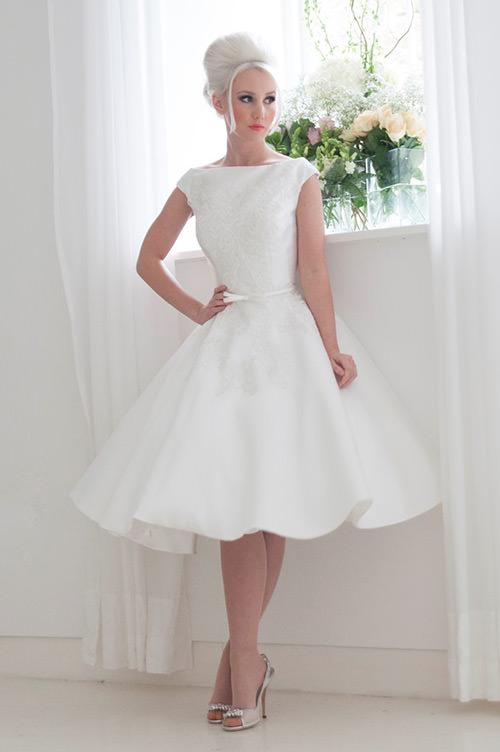Chiquéeeeeerrimo esse vestido de noiva curto branco e rodadinho