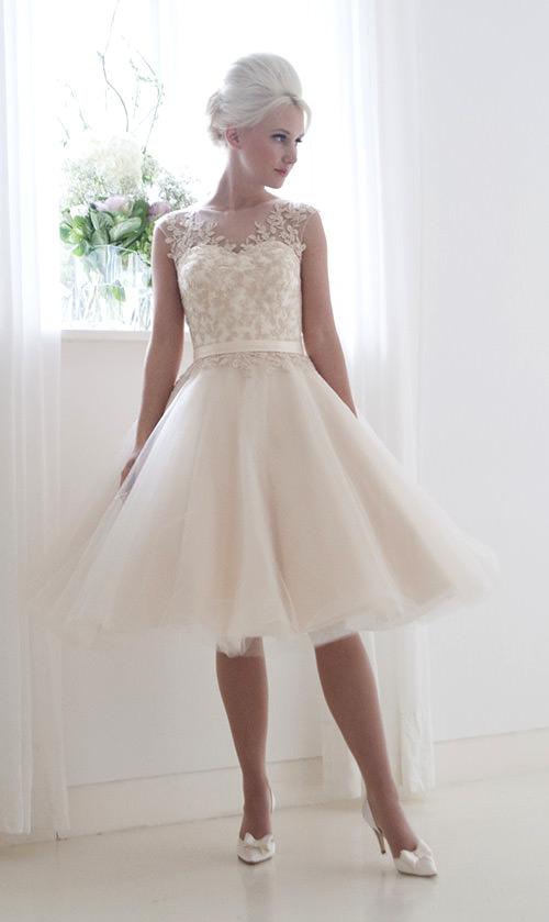 Cada vez mais vestidos de noiva curtos e com cores diferentes vem tomando grande proporção! Eu acho lindo demais