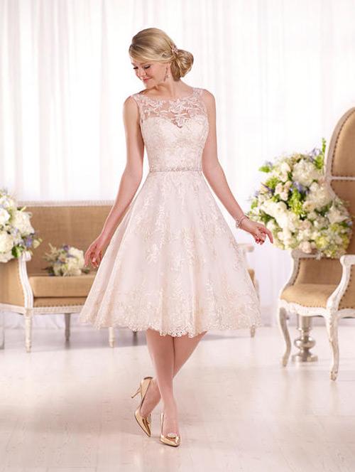 Ficou lindo o sapato dourado para combinar com a cor do bordado do vestido
