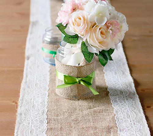 Use uma fita de cetim de cor diferente das flores, pra dar um destaque maior