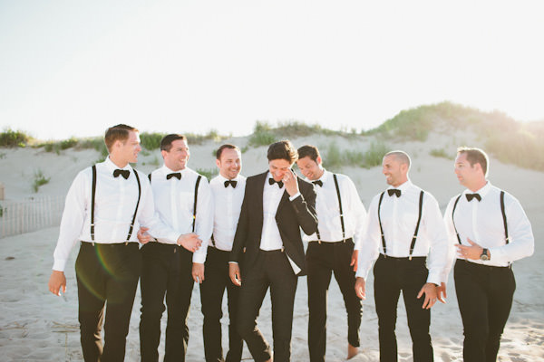 Super bacana essa combinação de noivo e padrinhos, caso ele queira ficar igual aos padrinhos, basta tirar o paletó.