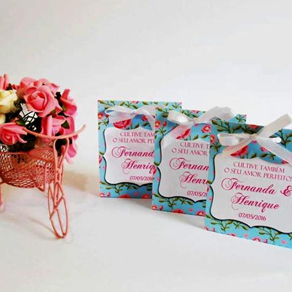 A cor da caixinha você pode escolher a que mais combina com a sua decoração