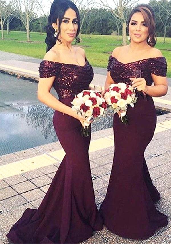 Super inadequado o uso de colares nesse vestido, pois os paetês já tem brilho o bastante ;)